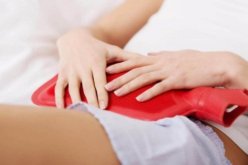Prevenir los cólicos menstruales es posible con la aplicación de calor.