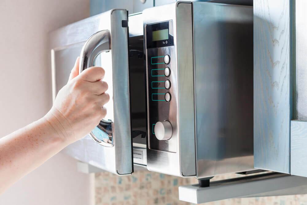 Es importante desinfectar y limpiar siempre nuestro microondas.