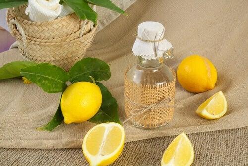 Limpiador natural con limón y vinagre.