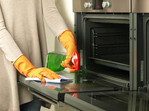 ¿Cómo hacer un limpiador de horno a base de productos naturales?
