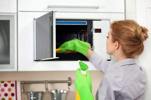 Usos del bicarbonato de sodio para limpiar el microondas