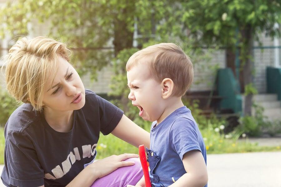 madre calma a su hijo