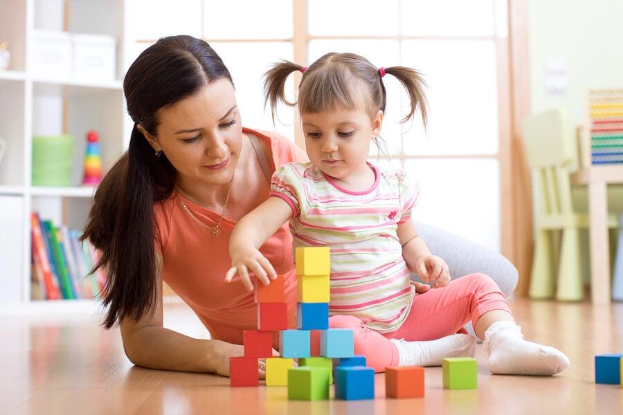madre e hija jugando