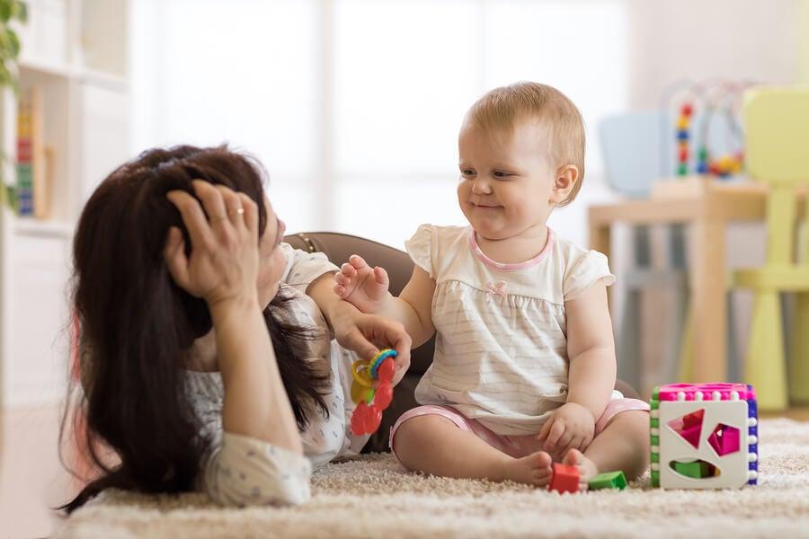 mamá y bebé jugando