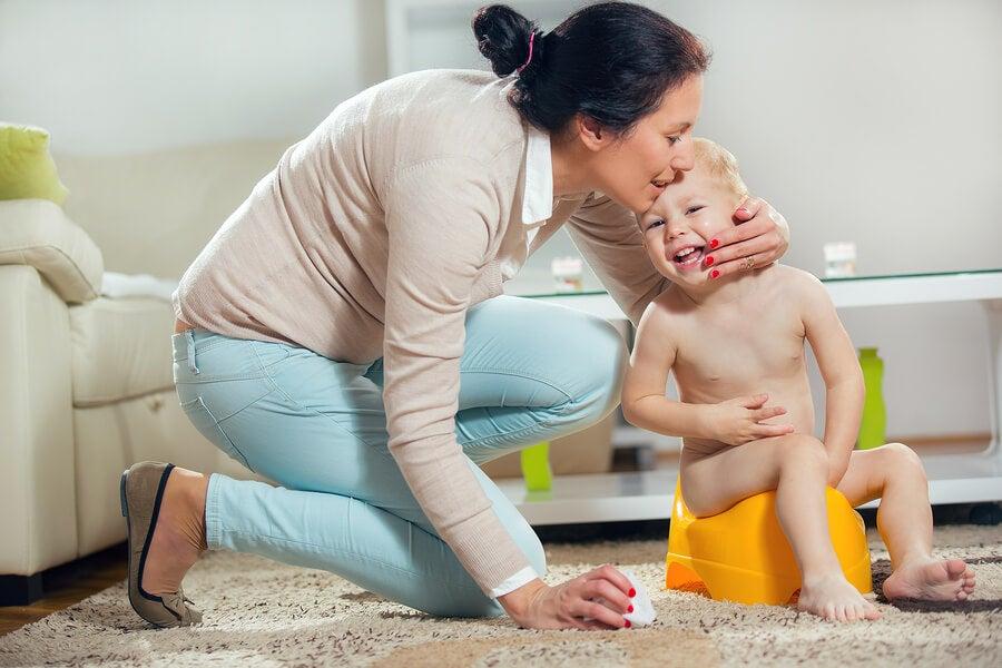 madre e hijo en orinal