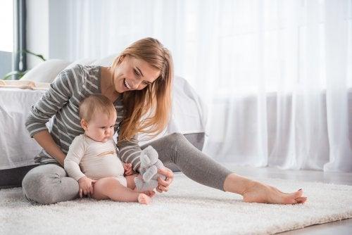 mamá sentada con bebé