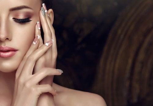 7 tips para embellecer tus uñas sin gastar en manicura