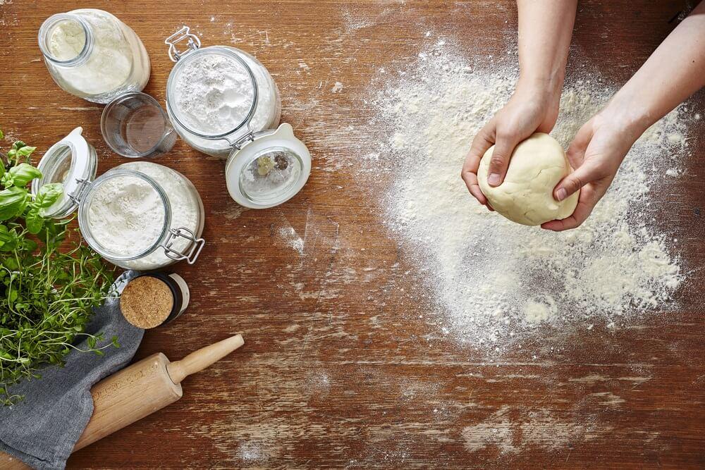 Persona preparando masa fresca de harina