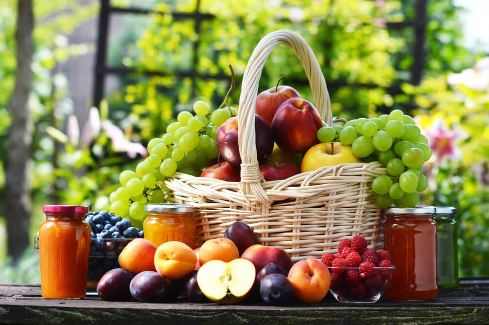 Cesta con frutas.