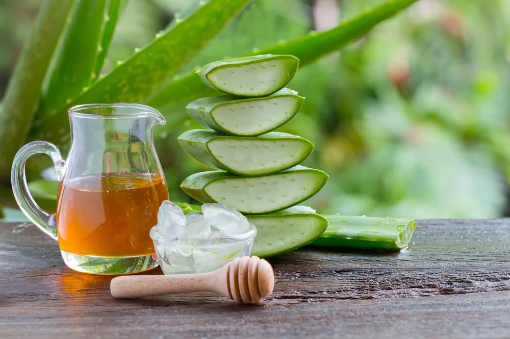 Prueba este remedio de aloe vera y miel para los problemas estomacales