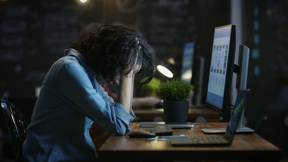 Mujer delante del ordenador equivocación