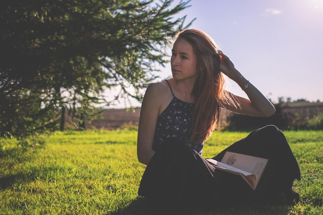 Mujer leyendo al aire libre.