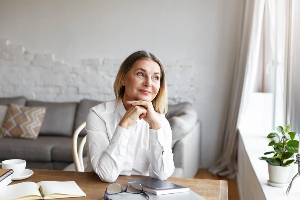 Mujer pensando cómo crear hábitos