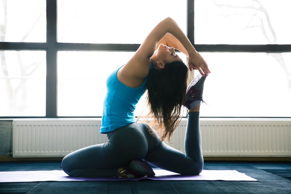 Mujer practicando Yoga Jivamutki