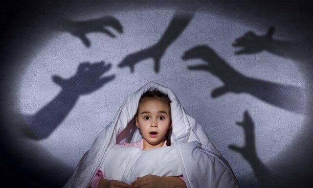 Niña miedo a la oscuridad