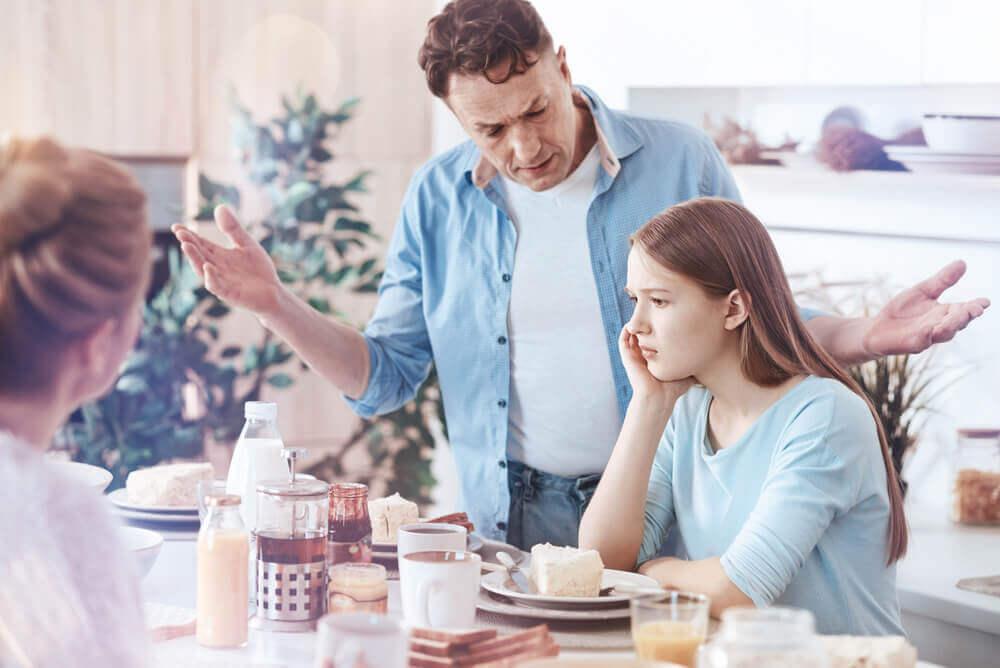 Padre hablando con su hija enfadada