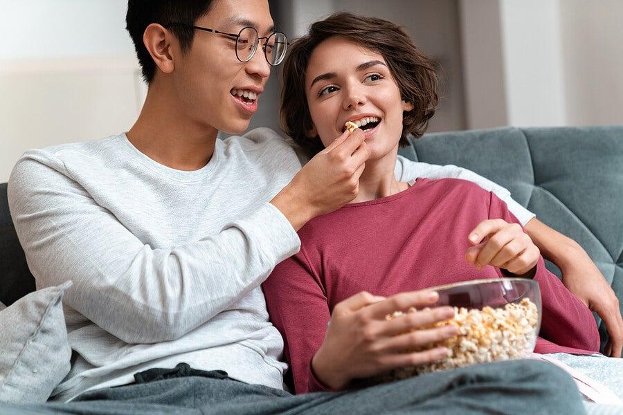 Pareja comiendo palomitas viendo películas eróticas