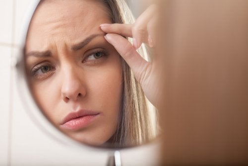 Mujer observando el grosor de sus cejas