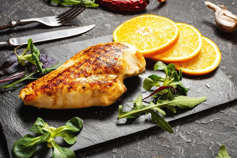 Pechuga de pollo con vino, naranja y hierbas.