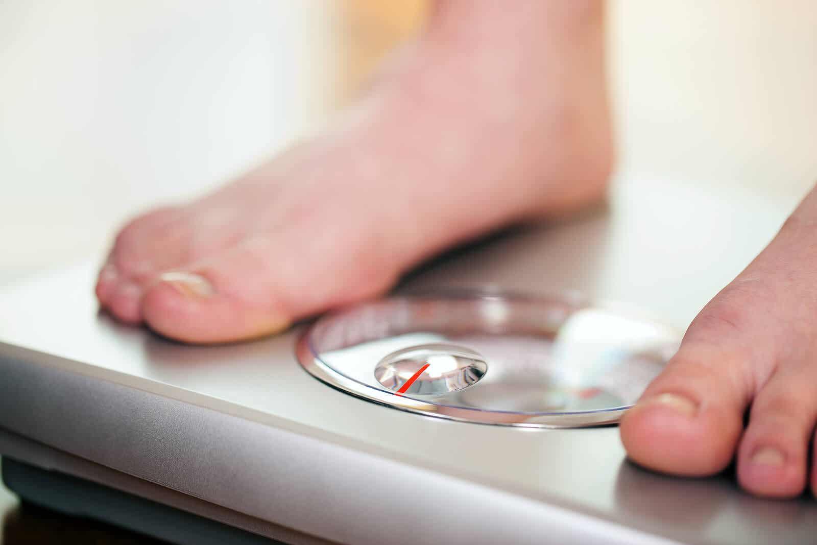 Pesarse para medir dieta saludable.