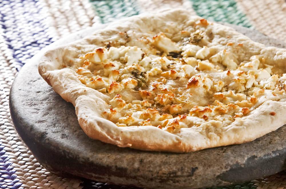 Pizza de queso de cabra y col rizada: deliciosa y baja en calorías