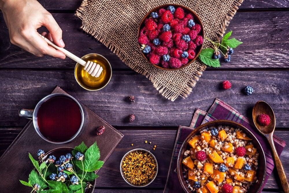 Frutos rojos, miel y cereales.