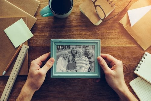 Haz tus propios porta retratos y decóralos con tela de ropa que ya no usas