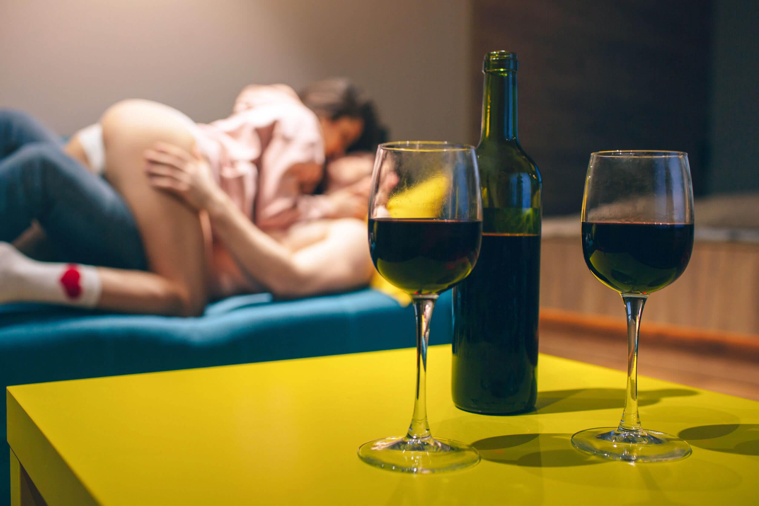 Las posturas eróticas pueden complementarse con bebidas.