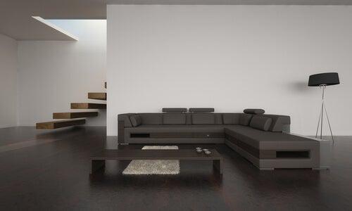 Un salón minimalista con pocos objetos.