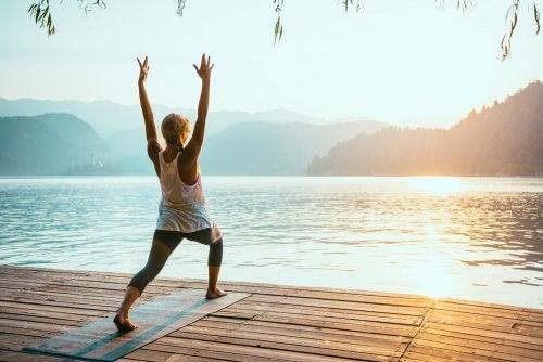Saludos al sol: poderosa y completa rutina de yoga