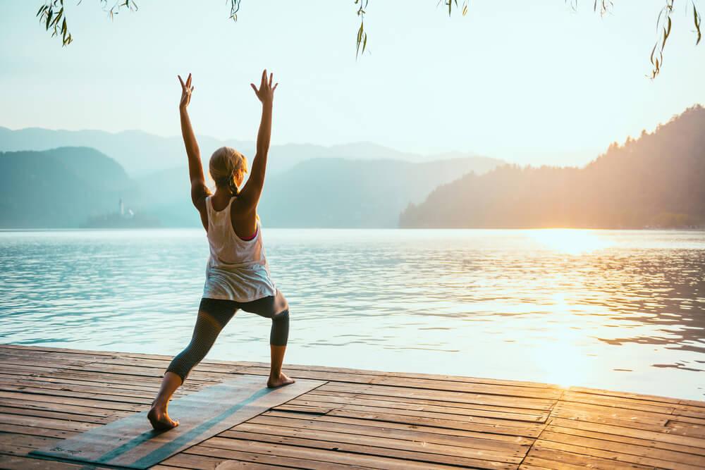 El saludo al sol es una buena postura de yoga para perder peso