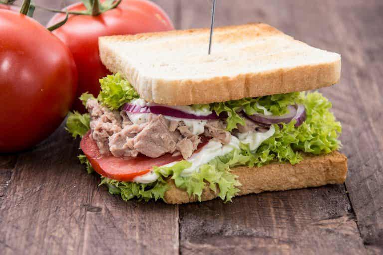 Delicioso sándwich de atún