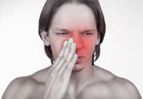 Hombre con la nariz enrojecida