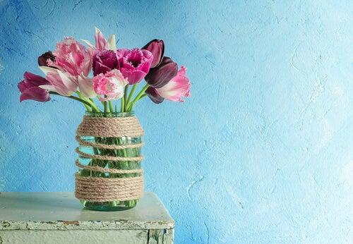 Florero de cristal con flores rosas