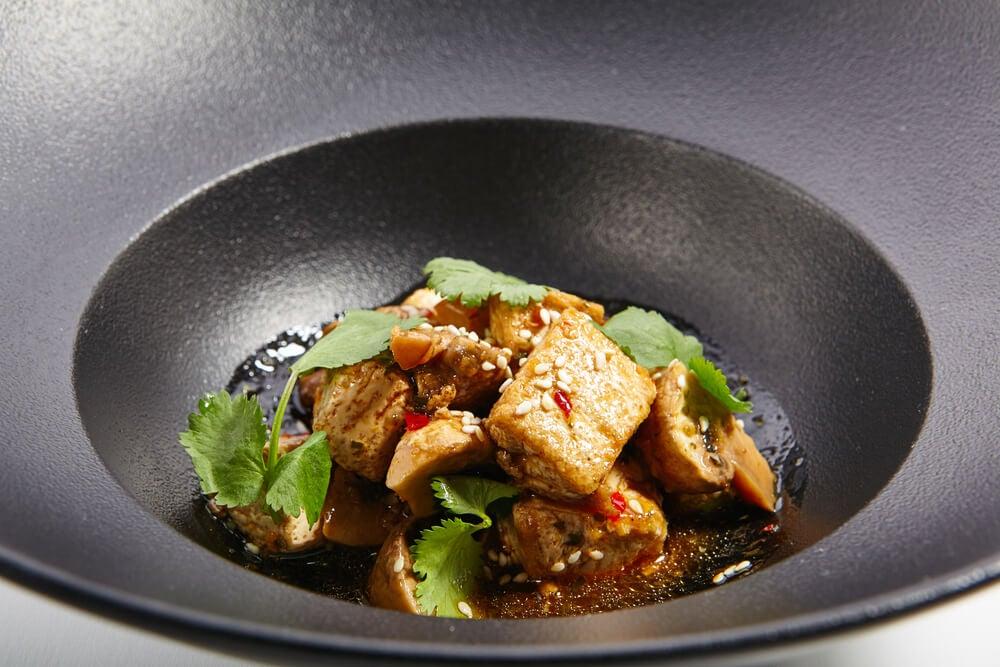 Fideos de arroz con salteado de tofu y pimiento