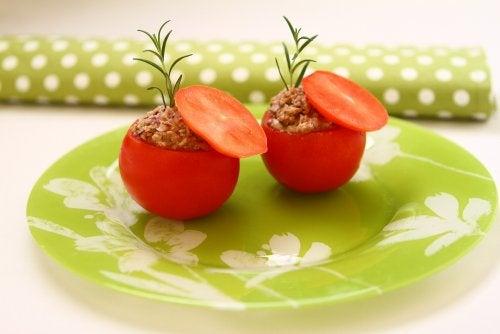 Tomates rellenos con atún: una receta ligera y deliciosa