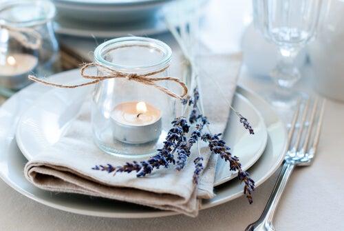Plato con una vela decorativa encima