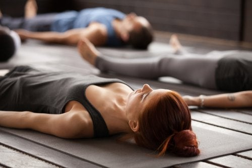 Personas en una de las posturas básicas de yoga