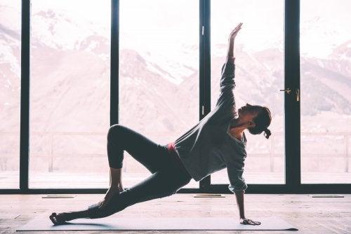 ¿Cómo puede ayudar el yoga a mejorar la salud articular?