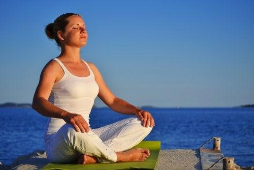 Mujer respirando profundamente para relajarse en cinco minutos