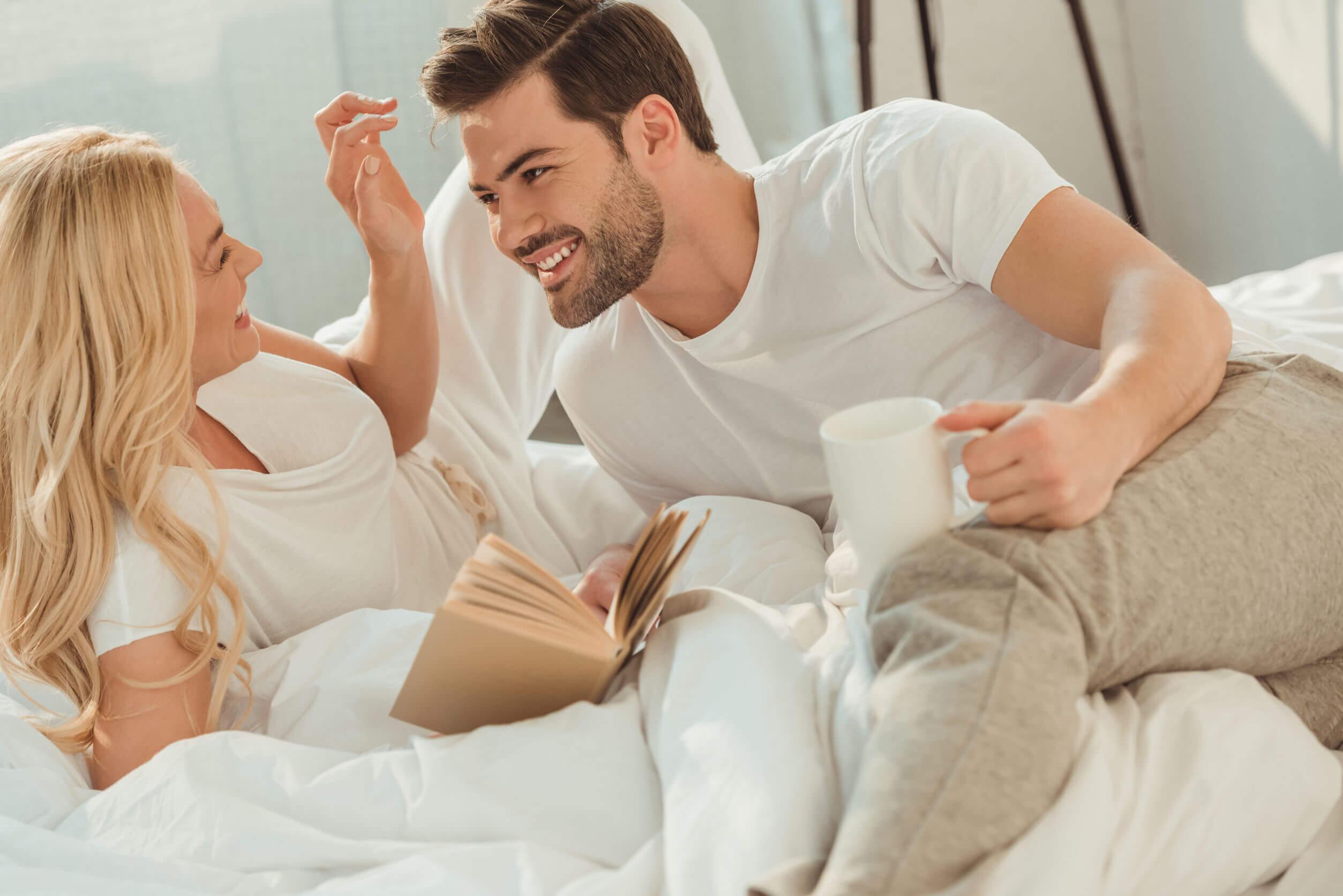 Ver series de Netflix podría mejorar la relación de pareja.