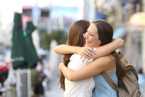 Amigas dándose un abrazo simbolizando cuando uno ayuda a los demás