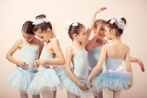 Niñas en clase de baile