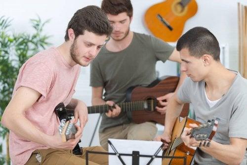 Adolescentes tocando instrumentos