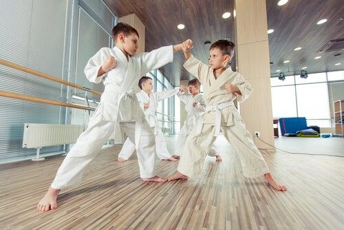 Niños en clases de karate