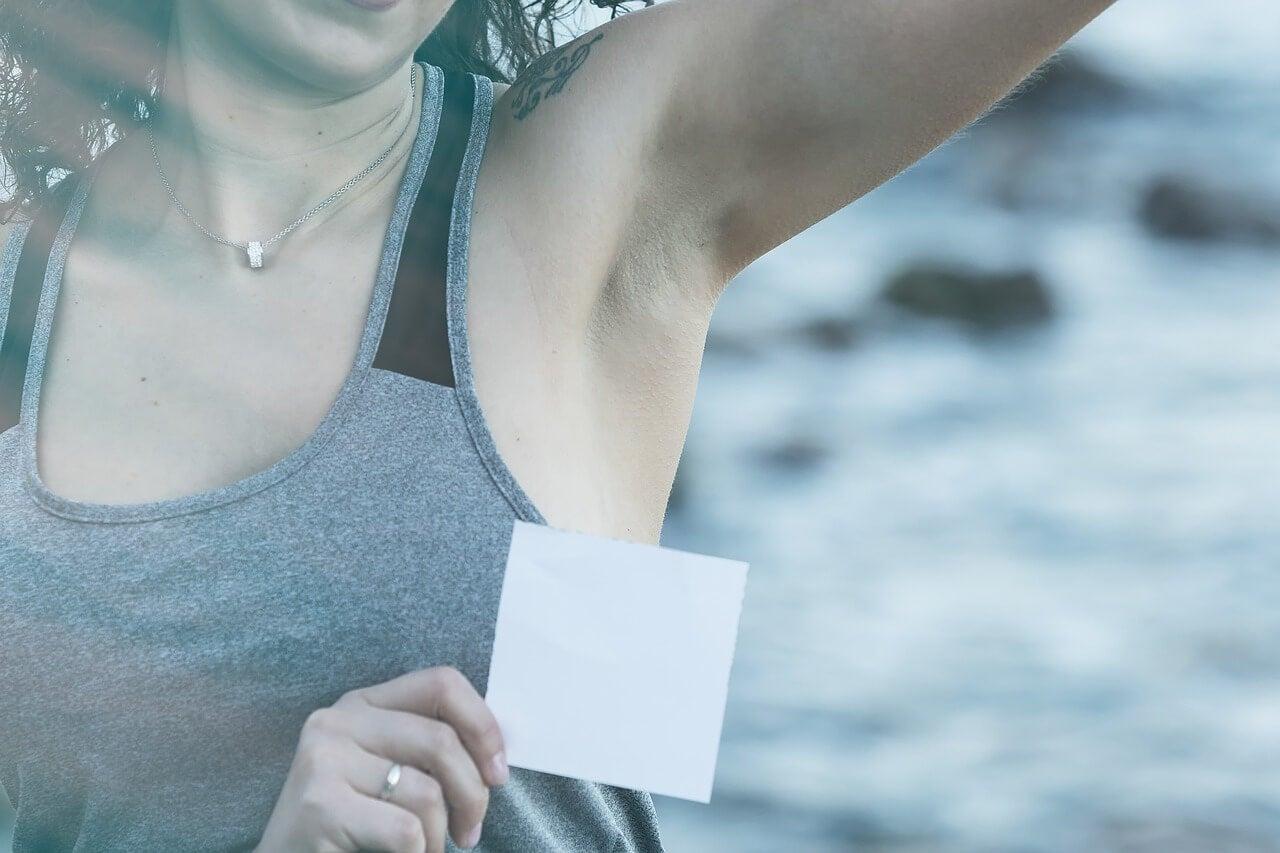 5 métodos ecológicos para quitar las manchas de desodorante