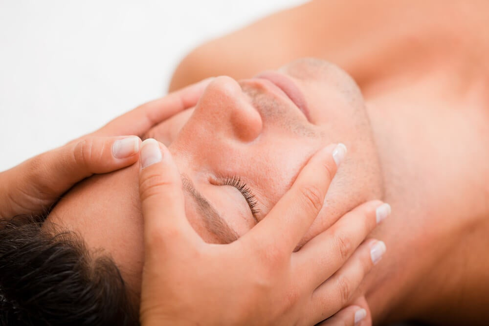 Hombre recibiendo un masaje facial
