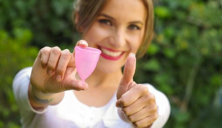 ¿Cómo quitar la copa menstrual y evitar las manchas?