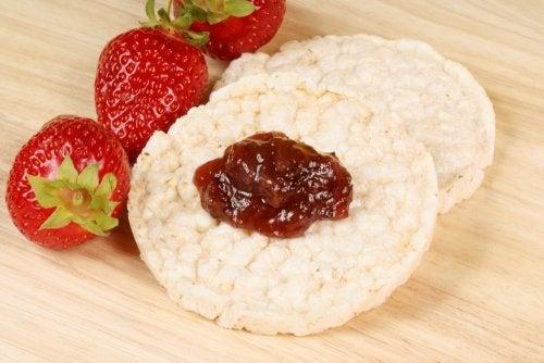 Bizcochos de arroz con frutas maceradas: una receta sin gluten