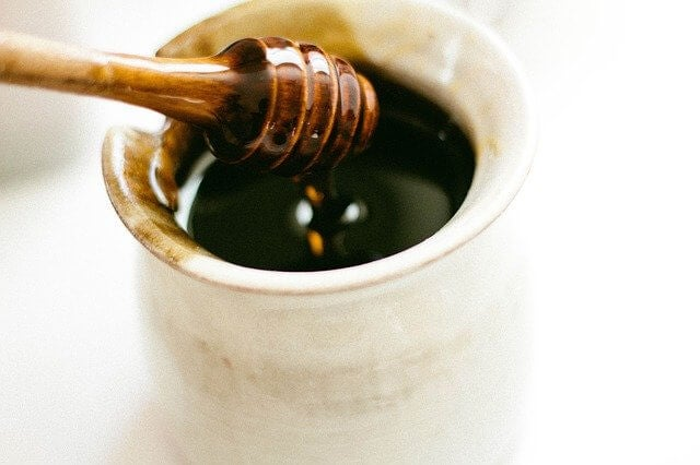 Bote con miel oscura.